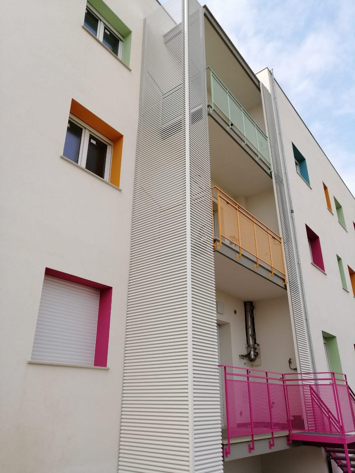 Coperture frangisole colorate per balconi con lamelle in alluminio - Bari, Brindisi, Puglia - 2
